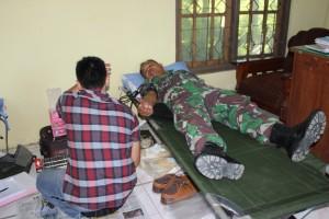 Babinsa Desa Mejuwet mengikuti donor darah.