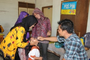 Pemberian imunisasi polio.